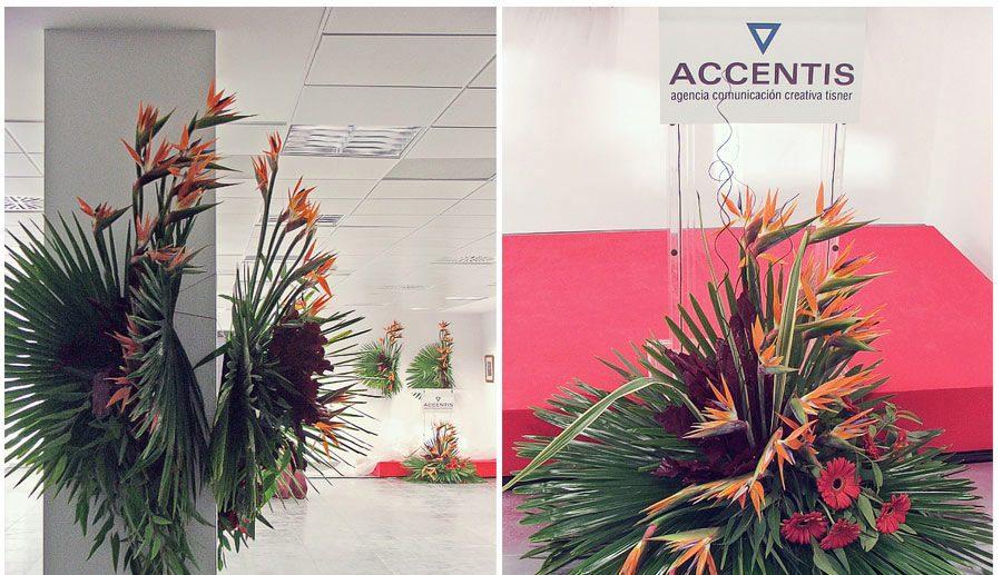 dos fotos de centros de flores en una empresa