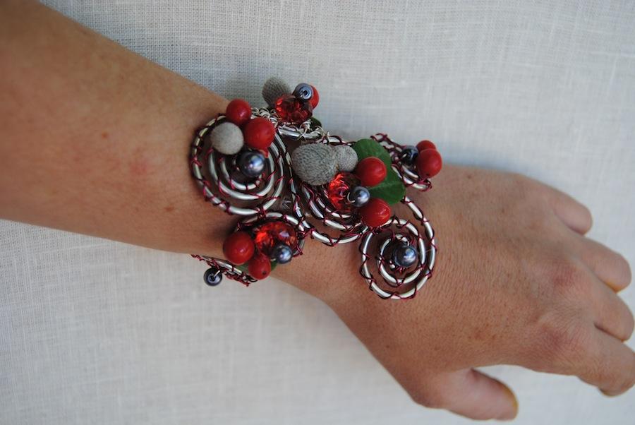 pulsera flores roja y plata
