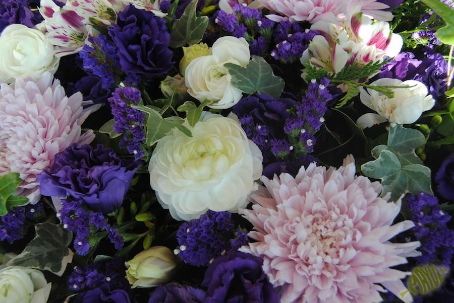 composicion en tonos blancos, lila y morado