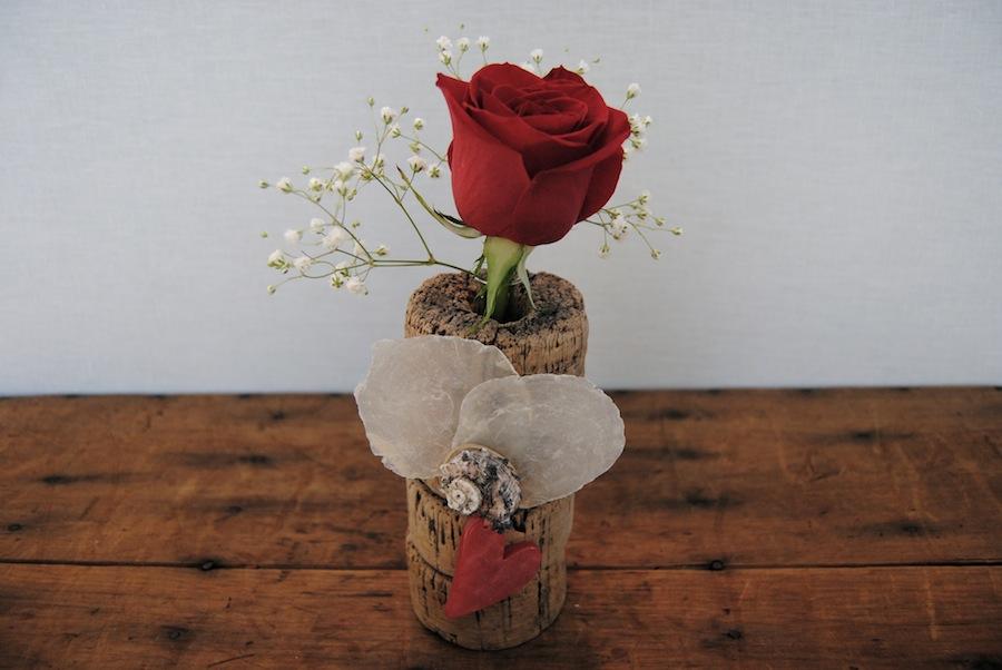 Jarrón artesanal con material reciclado con rosa roja para regalar en San Valentín