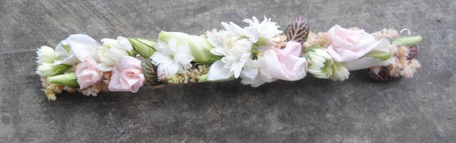 Pasador con flores para comunión blanco y rosa