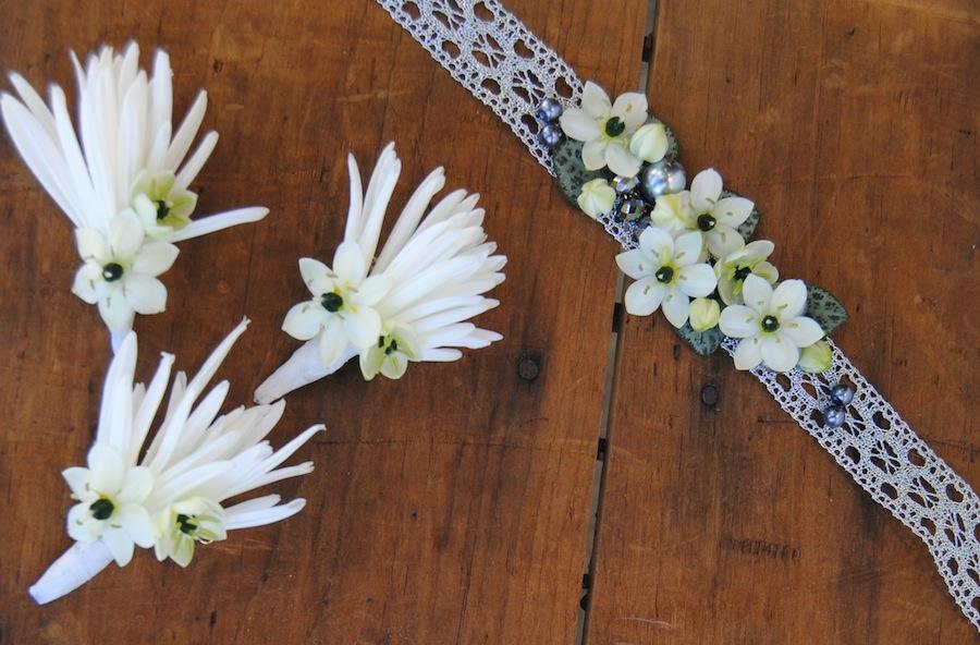 Prendidos y pulsera floral a juego del ramo de novia