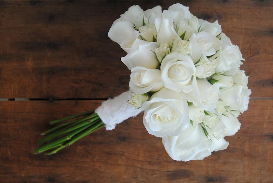Ramo de novia clásico con rosas blancas