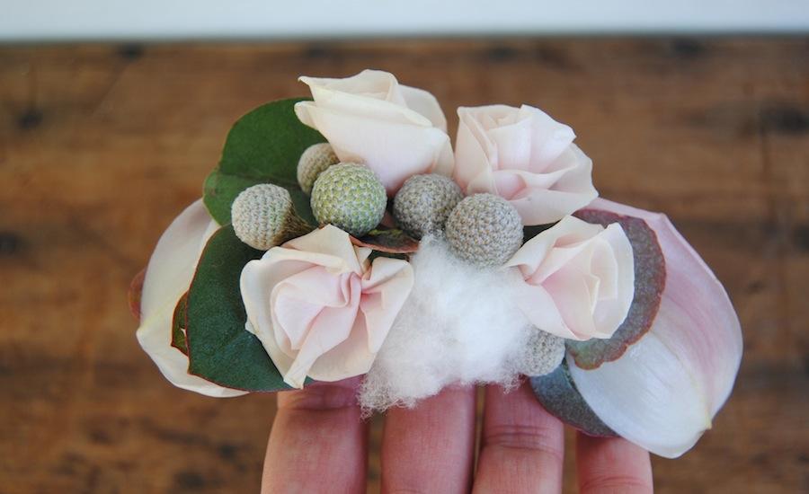 Tocado para pelo a juego con el ramo de novia con flor