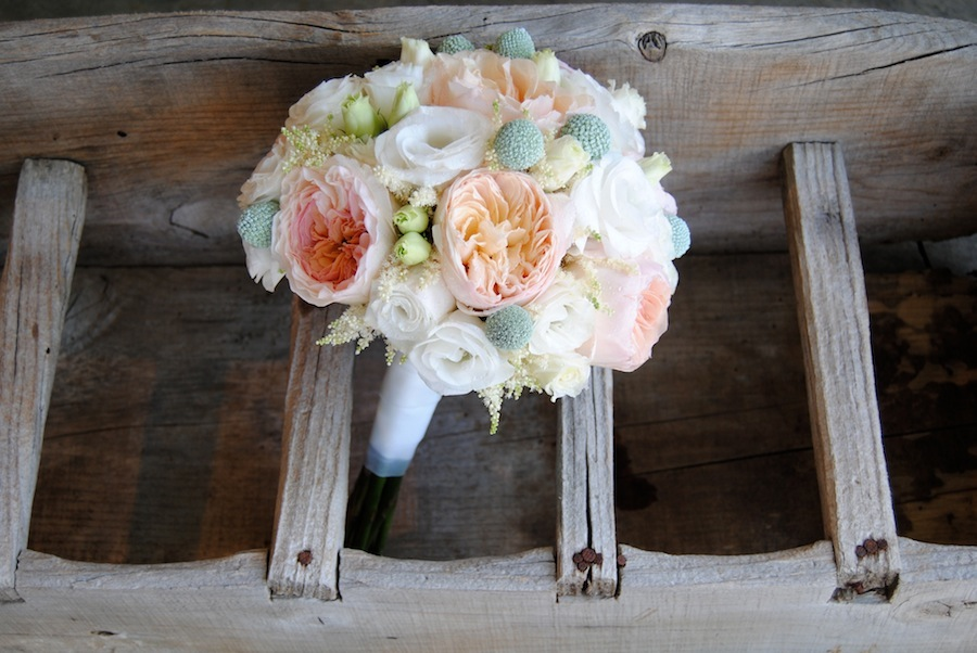bouquet con rosa David Austin Juliet y craspedias en mint