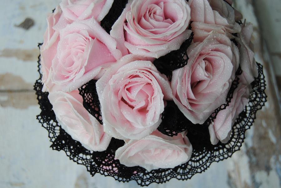 Ramo de novia con rosas empolvadas y encaje negro, a juego con los colores del vestido de la novia de Jordi Dalmau.