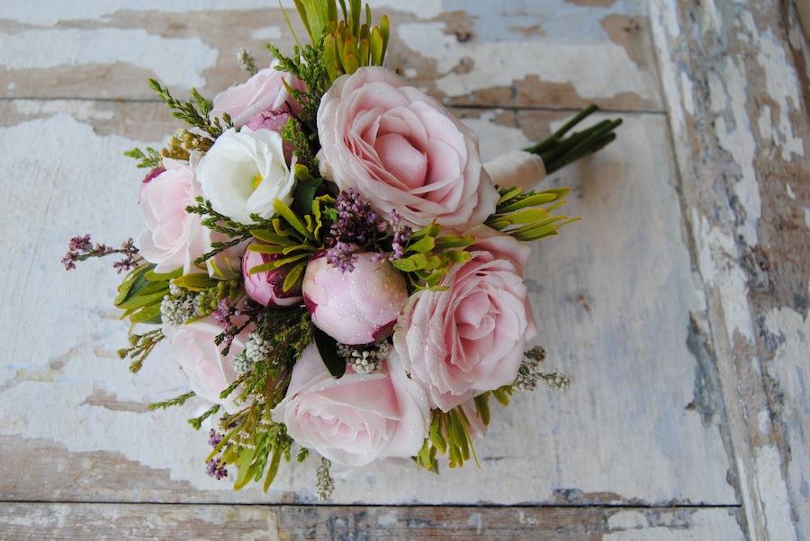 ramo de novia con rosas rosas y verdes africanos