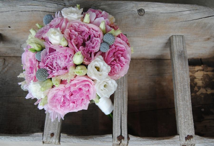 ramo de novia tipo bouquet con rosas David Austin, peonias , lisianthus y craspedias.