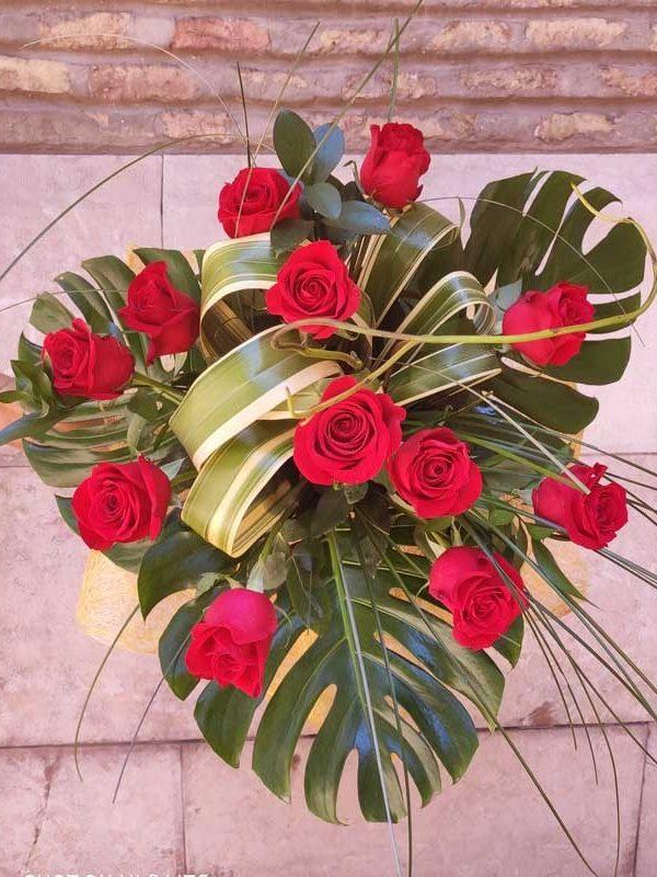 Ramo de 12 rosas con verdes especiales