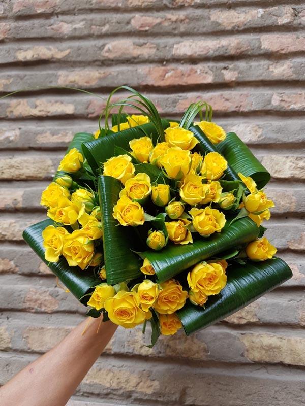 Ramo redondo de rosas de té de color amarillo