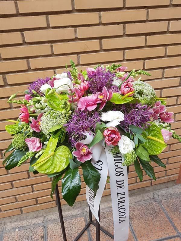Centro de flores bajito en tonos fucsias y verdes
