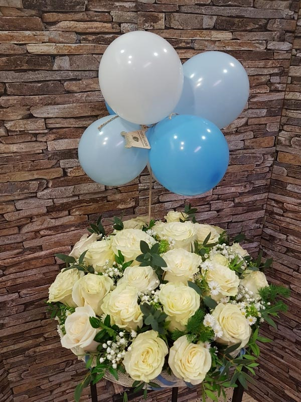 Centro redondo de rosas blancas y globos azules