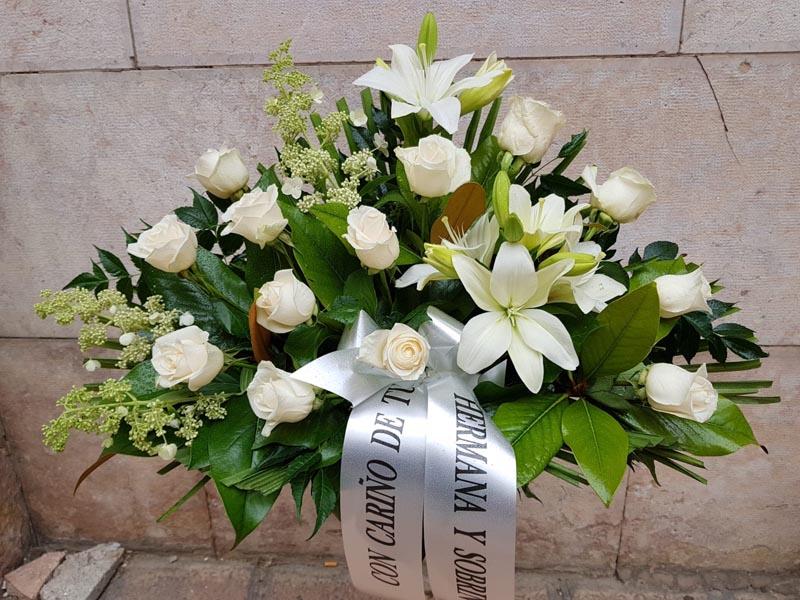 Centro de flores para funeral con rosas blancas