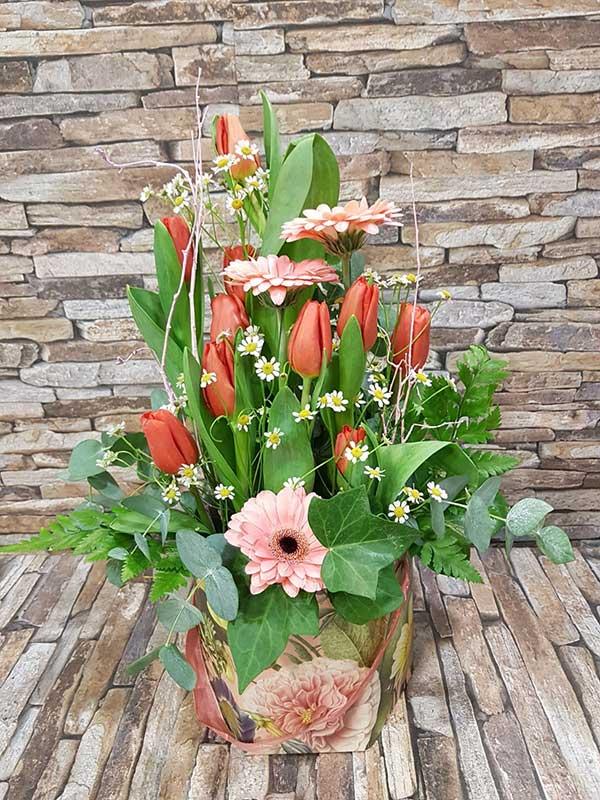 Bolsa de papel con flores rojas y rosas