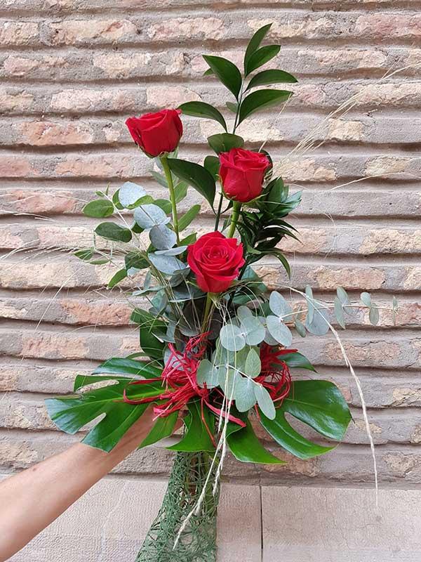 Ramo 3 rosas rojas a distintas alturas de Mayulaflores.es